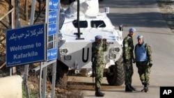 19일 유엔 평화유지군 소속 세르비아 병력이 레바논 남부 이스라엘과의 접경 지역을 순찰하고 있다. 18일 이스라엘이 골란구원 시리아 점령 지역을 공습해서 헤즈볼라 대원 6명과 이란 군 장성이 사망한 것으로 알려졌다.