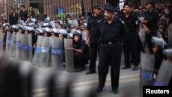 埃及警察在反军事委员会的抗议中守卫在开罗埃及议会外