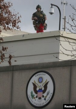Binh sĩ Mỹ canh gác tại cổng vào đại sứ quán Mỹ ở Ankara (ảnh tư liệu).