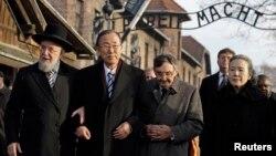 18일 폴란드 아우슈비츠 수용소를 방문한 반기문 유엔 사무총장이 대학살 생존자들과 이야기를 나누고 있다.