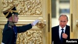 """资料照:俄罗斯总统普京在克里姆林宫前去会见""""公民社会与人权总统委员会""""成员。(2015年10月1日)"""