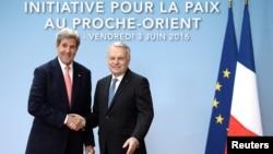 Menlu Perancis Jean-Marc Ayrault (kanan) menyambut Menlu AS John Kerry di Paris, Jumat (3/6).