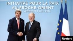 3일 중동평화 회의 참석차 프랑스 파리를 방문한 존 케리 미 국무장관(왼쪽)이 장 마르크 에로 프랑스 외무장관과 만나 악수하고 있다.