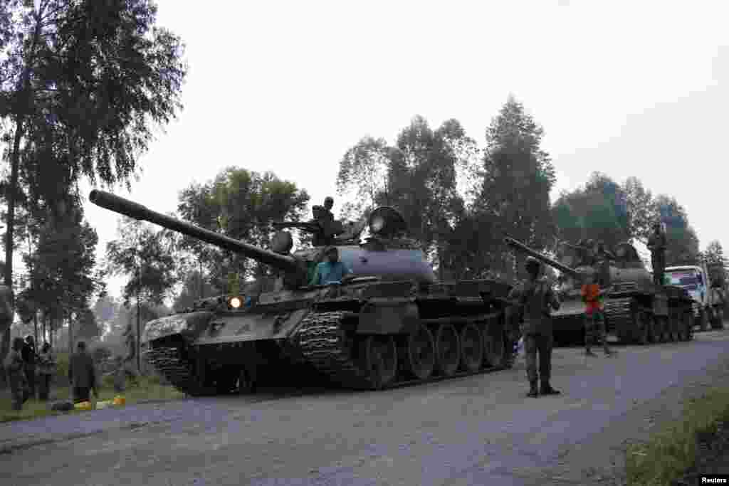 Soldiers from the Democratic Republic of Congo arrive in tanks near the town of Kibumba at its border with Rwanda after fighting broke out, June 11, 2014.