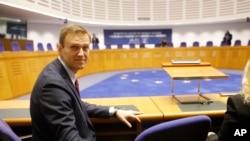 俄罗斯反对派领袖纳瓦尔尼在欧洲人权法院外等待