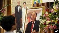 Phụ nữ Hàn Quốc cầu nguyện cho Mục sư Sun Myung Moon, người sáng lập Giáo hội Thống Nhất