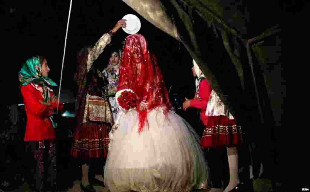 مراسم عروسی در عشایر کرمانج خراسان شمالی؛ جشنواره رنگ و شادی. جایی که لبخندها اصرار و استدلال نمی خواهد.