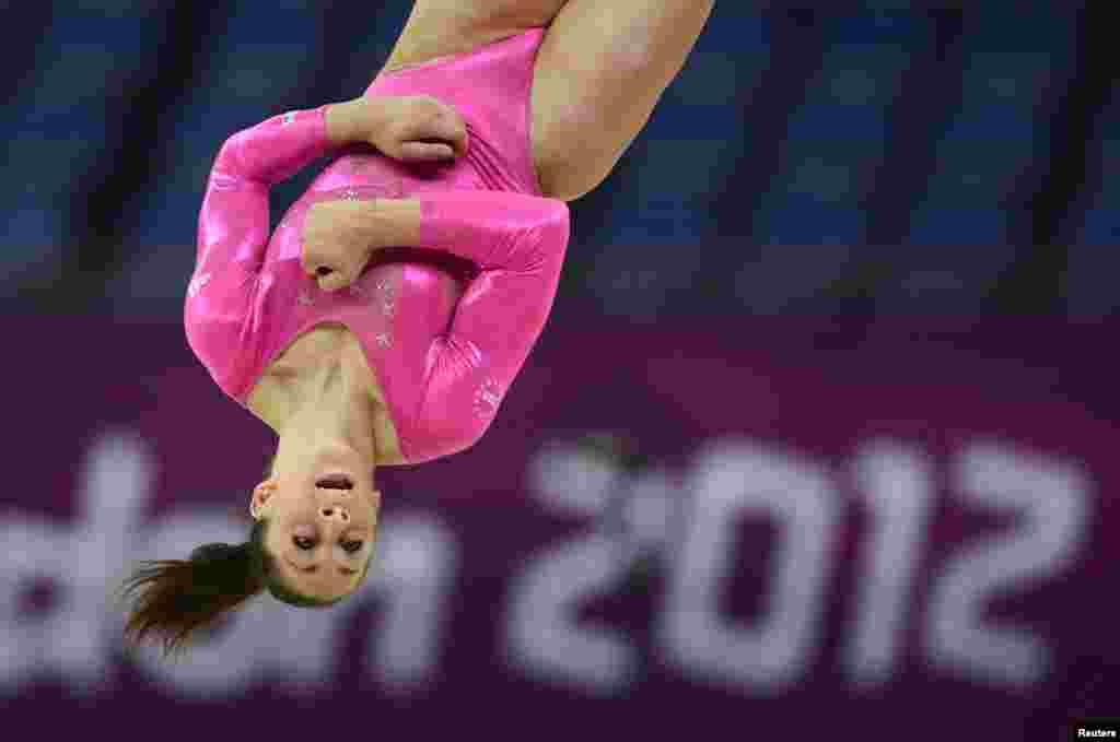 Jordyn Wieber, estadounidense, prueba el North Greenwich Arena antes de que comiencen las olimpiadas, en una sesión de entrenamiento.