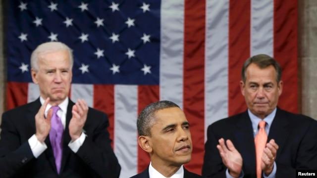 Kakakin Majalisar Wakilan Amura John Boehner (R-OH) da mataimakin Shugaban kasa (H) stand suna tafi lokacin da shugaba Barack Obama yake jawabi