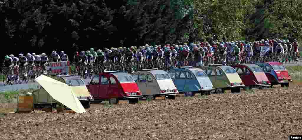 មនុស្សម្នាប្រណាំងជិះកង់ក្នុងជុំទី១៤ដែលមានចម្ងាយ១៨៩,៥គ.ម.នៅក្នុងការប្រណាំងកង់ Tour de France លើកទី១០៤ពីសង្កាត់ Blagnac ដល់ក្រុង Rodez ប្រទេសបារាំង កាលពីថ្ងៃទី១៥ ខែកក្កដា ឆ្នាំ២០១៧។