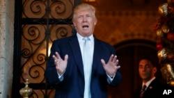 Tổng thống tân cử Mỹ Donald Trump phát biểu với phóng viên tại Mar-a-Lago, Palm Beach, Florida, ngày 28/12/2016.