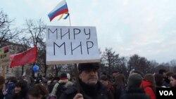 3月7日的莫斯科反戰集會中,退休人員格里格利手舉標語:世界和平。