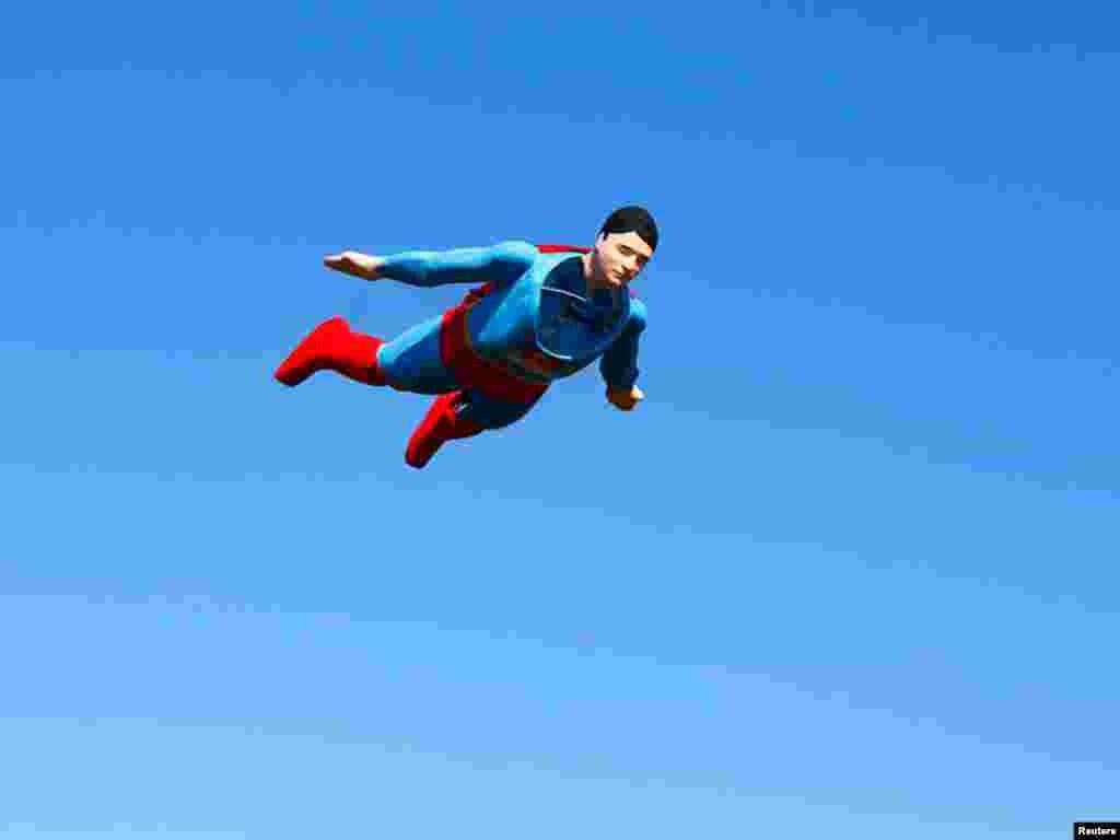امریکی ریاست کیلیفورنیا کے جہاز ڈیزائنر ہالی ووڈ فلم کے مشہور کردار سپر مین پر بنائے گئے جہاز کا فلائنگ ٹیسٹ کررہے ہیں