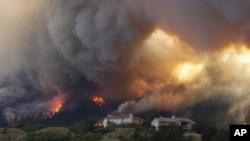 El fuego amenaza unas residencias en el Cañón Waldo, en Colorado Springs.