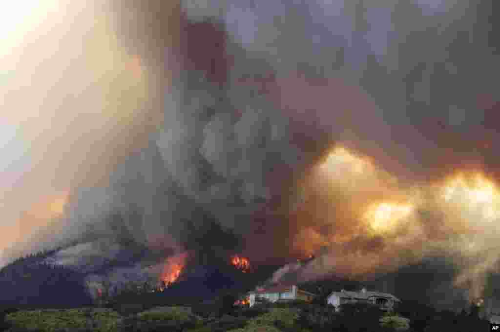 El fuego amenaza unas casas en Waldo Canyon, Colorado, durante los incendios forestales de junio.