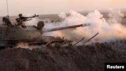 Tank pasukan Kurdi Irak menembaki sasaran militan ISIS dari kota Khazer, Irak utara (14/8).