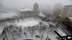 Salju menyelimuti Taman Militer di pusat kota Newark, New Jersey (26/12). Badai dahsyat yang menhantam Amerika Timur laut, mengganggu perjalanan para wisatawan yang hendak kembali pasca libur Natal tahun ini.