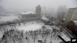 大雪星期三覆蓋著新澤西州紐瓦克在鬧市區的軍事公園