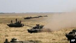 乌克兰坦克驶向克里米亚边界一带(2016年8月12日)