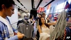 Belanja konsumen AS meningkat pada bulan Maret, namun pertumbuhan ekonomi sedikit lebih lambat dari sebelumnya (foto: ilustrasi).