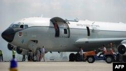 Awak pesawat Boeing 707 milik Angkatan Udara AS melakukan pemeriksaan pesawat di landasan bandara Sultan Iskandar Muda, Aceh Besar, Aceh, 25 Maret 2017, pasca melakukan pendaratan darurat sehari sebelumnya. (Foto: AFP).