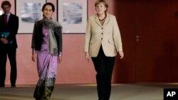 ဂ်ာမနီဝန္ႀကီးခ်ဳပ္ Angela Merkel(ယာ)၊ ေဒၚေအာင္ဆန္းစုၾကည္တို႔ ဂ်ာမနီႏိုင္ငံ၊ ဘာလင္ၿမိဳ႕မွာ ေတြ႔ဆံုစဥ္။ (ဧၿပီ ၁၀၊ ၂၀၁၄)