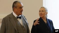 美國國務卿克林頓與捷克外交部長施瓦辛貝格此同。