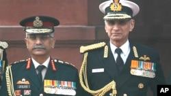 资料照:印度陆军参谋总长纳拉瓦内(左)