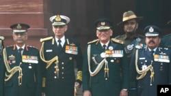 بھارت کے چیف آف ڈیفنس اسٹاف جنرل بپن راوت (دائیں طرف سے دوسرے) فوج کے دیگر سربراہوں کے ساتھ