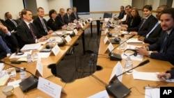 21일 미국 워싱턴에서 만난 미국과 쿠바 양국 대표단이 대사관 재개설과 관련해 회담하고 있다.