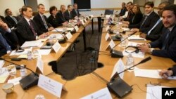 Американська та кубинська делегації на переговорах
