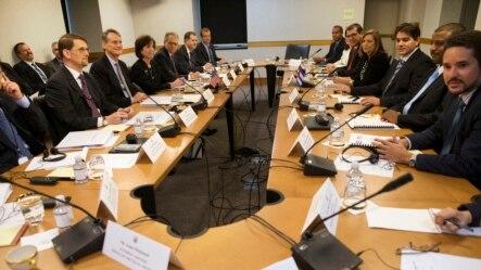在华盛顿举行会谈的美国和古巴官员