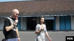 Sepasang turis asing di Kraton Solo, Jawa Tengah. (Photo: VOA)