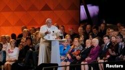 """El papa Francisco dijo que las familias son una """"fábrica de esperanza"""" luego de escuchar historias de personas provenientes de diversas partes del mundo."""