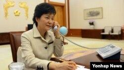 한국 박근혜 대통령이 6일 오후 청와대 집무실에서 아베 신조 일본 총리와 전화하고 있다.