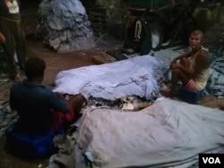 吴先生弟弟的制革厂里,印度工人正在硝制牛皮。(美国之音朱诺拍摄,2016年10月18日)
