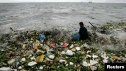 Sampah plastik mengotori kawasan pantai di Manila, Filipina (foto: ilustrasi).
