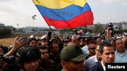 후안 과이도 베네수엘라 국회의장이 30일 군인들과 함께 있는 동영상을 올리고, 니콜라스 마두로 정권을 몰아낼 것을 국민들에게 촉구했다.