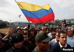 후안 과이도 베네수엘라 국회의장이 30일 군인들과 함께 있는 동영상을 인터넷에 올리고, 니콜라스 마두로 정권을 몰아낼 것을 국민들에게 촉구했다.