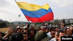 """Países vecinos como Colombia y Brasil han reafirmado su respaldo al presidente interino Juan Guaidó. Otros, como Boliva, han calificado los sucesos como un """"golpe de estado""""."""