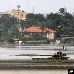 法国坦克驶过阿比让的大桥
