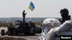 Binh sĩ Ukraine trên xe bọc thép tại thị trấn Slovyansk, miền đông Ukraine.