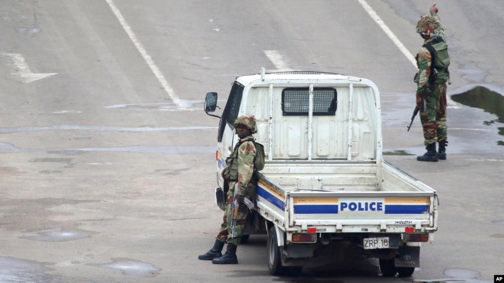 Binh sĩ vũ trang đi tuần trên một trục lộ ở thủ đô Harare, Zimbabwe, ngày 15/11/2017. (AP Photo)