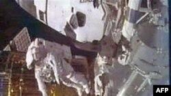 Phi hành gia Stephen Bowen đang thực hiện chuyến đi bộ bên ngoài Trạm Không gian Quốc tế