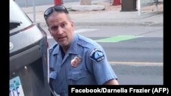 Derek Chauvin (44 tahun) didakwa melanggar pasal pembunuhan tingkat ketiga dan pembunuhan tidak terencana tingkat dua.