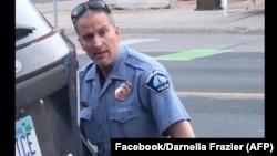 Derek Chauvin, afisa wa zamani wa polisi wa Minnepolisi akimwekea goti George Floyd wakati wa kumkamata.