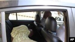 Henry Okah, kwance bayan motar jami'an tsaro a Afirka ta Kudu bayan da aka fito da shi daga kotu a Johannesburg, inda ake tuhumarsa da ta'addanci dangane da hare-haren bam a Abuja, Najeriya.