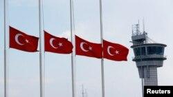 "Turske zastave ispred aerodroma ""Ataturk"" u Istanbulu"
