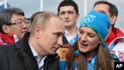 ປະທານາທິບໍດີ ທ່ານ Vladimir Putin ໂອ້ລົມກັບ ນັກກິລາ Mayor Elena Isinbaeva ໃນຂະນະຢ້ຽມຢາມ ບ້ານ Olympic ທີ່ເມືອງ Sochi ປີ 2014 ໃນການແຂ່ງຂັນກິລາ Olympics ລະດູໜາວ.