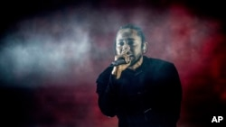 Kendrick Lamar biểu diễn tại lễ hội âm nhạc Coachella ở Indio, California, hôm 16/4.